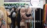 Pengunjung memilih busana muslim pada acara Hijrah Fest Ramadhan di JCC Senayan, Jakarta, Ahad (26/5).