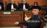 Musisi Ahmad Dhani berpose saat menjalani sidang perdana kasus ujaran kebencian di Pengadilan Negeri Jakarta Selatan, Senin (16/4).