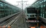 Kereta bendara melintas saat uji coba Kereta Bandara Soekarno-Hatta di Stasiun Sudirman Baru, Jakarta, Selasa (26/12).