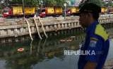 Petugas Sumber Daya Air Aliran Timur dan Barat mengecek mesin pompa penyedot air di kawasan Kali Item, Kemayoran, Jakarta, Kamis (2/8).