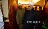 Mantan Rektor Al-Azhar, Ibrahim Hud-hud  berjalan  saat mengunjungi kantor pengurus besar Nahdatul Ulama, Jakarta, Jumat (21/12).