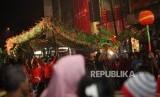 Peserta Cap Go Meh melakukan atraksi barongsai saat mengikuti Bogor Street Festival Cap Go Meh (CGM) 2018 di Jalan Suryakencana, Bogor, Jawa Barat, Jumat (2/3).