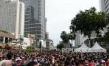 Peresmian MRT Fase 1. Warga berjubel melihat Peresmian Moda Raya Terpadu Fase 1 di Bundaran Hotel Indonesia, Jakarta, Ahad (24/3/2019).