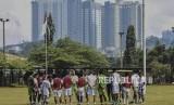 Pemain Persib Bandung mengikuti sesi latihan di Sasana Olahraga Ganesha (Saraga) ITB, Kota Bandung, Jumat (19/4).