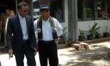 Menteri Pendidikan dan Kebudayaan Muhadjir Effendy (kanan) berbincang dengan Gubernur Sulsel Nurdin Abdullah (kiri) saat akan meninjau pelaksanaan Ujian Nasional Berbasis Komputer (ilustrasi)