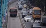 Pengendara menerobos jalur bus Transjakarta di kawasan Mampang, Jakarta, Rabu (18/9/2019).