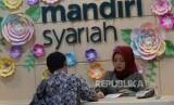 Aktivitas perbankan di Bank Syariah Mandiri KC Jakarta Thamrin, Jumat (3/11).