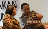 Kepala Satuan Tugas (Kasatgas) Nusantara Irjen Pol Gatot Eddy Pramono berbincang dengan Dirjen Informasi dan Komunikasi Publik Kemenkominfo Rosarita Niken Widiastuti disela diskusi publik di Jakarta, Selasa (15/1).