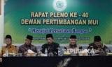 Rapat Pleno Wantim MUI ke 40. Wakil Sekretaris Dewan Pertimbangan Majelis Ulama Indonesia (MUI) Nasir Zubaidi (kiri), Sekretaris Jenderal Majelis  Anwar Abbas (kedua kiri), Wakil Ketua Nasaruddin Umar (tengah), Ketua Umum Din Syamsuddin (kedua kanan), Sekretaris Dewan Pertimbangan Nur Ahmad (kanan) saat rapat Pleno Wantim MUI ke 40 di Jakarta Pusat, Rabu (26/6).