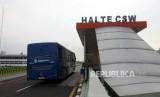 Bus Transjakarta Koridor 13 Tendean-Ciledug melintasi halte CSW di Jakarta Selatan, Selasa (17/4).