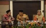 Ketua Umum  Pengurus Besar Nahdlatul Ulama  (PBNU) Said Aqil Siroj (tengah) berbincang dengan Ketua PBNU Robikin Emhas (kiri) dan Sekretaris Lembaga Kemaslahatan Keluarga (LKK) PBNU Alissa Wahid (kanan) saat hadir pada acara seminar di Jakarta, Sabtu (28/4).