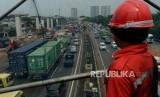 Sejumlah kendaraan melintas di area proyek pembangunan Tol Layang Jakarta-Cikampek II dan Jalur kereta api ringan atau Light Rail Transit (LRT) Jabodebek di ruas Tol Jakarta Cikampek, Bekasi, Jawa Barat, Selasa (4/12).