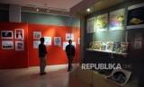 Pengunjung melihat pameran komik dan ilustrasi di Museum Basoeki Abdullah, Cilandak, Jakarta, Ahad (21/1).