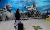 Calon penumpang pesawat berjalan di terminal B bandara Adisutjipto Yogyakarta, Senin (26/8/2019).
