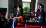 Hakim Ad Hoc nonaktif PN Medan Merry Purba  berjalan usai  menjalani pemeriksaan di gedung KPK Jakarta, Selasa (25/9).