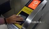 Penumpang saat menempelkan kartu untuk menaiki MRT di Stasiun MRT Bundaran HI.