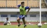Bek Persib Bandung Fabiano Beltrame menggiring bola saat mengikuti sesi latihan di Stadion Gelora Bandung Lautan Api, Kota Bandung.
