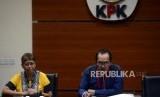 Wakil Ketua KPK Saut Situmorang menyampaikan keterangan saat konferensi pers terkait kasus dugaan suap Tindak Pidana Korupsi memberikan atau menerima hadiah atau janji terkait pengadaan barang dan jasa di PT Krakatau Steel (Persero) Tahun 2019di Gedung Merah Putih KPK, Jakarta, Sabtu (23/3).