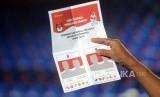 Petugas memperlihatkan surat suara yang sah saat simulasi penghitungan suara di GOR Bulungan, Kebayoran Baru, Jakarta, Sabtu (6/4).