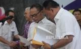 Menaker Hanif Dhakiri bersiap memberikan keterangan terkait pembentukan satgas pengawasan Tenaga Kerja Asing (TKA) di Kantor Kemnaker, Jakarta, Kamis (17/5).