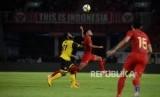 Pesepak bola Indonesia Andik Vermansah dibayangi pesepak bola Vanuatu Elkington Molivakarua pada pertandingan persahabatan di Stadion Utama Gelora Bung Karno, Jakarta, Sabtu (15/6).