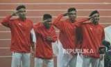 Tim lari estafet Indonesia memberi hormat saat mengikuti prosesi penyerahan medali cabang atletik nomor lari estafet 4x100 meter putra Asian Games 2018 di Stadion Gelora Bung Karno, Senayan, Jakarta, Kamis (30/8).