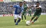 Gelandang Persib Bandung Beckham Putra Nugraha (kiri)