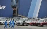 Sejumlah mobil Mitsubishi Xpander yang akan diekspor bersiap memasuki kapal pengangkut di PT Indonesia Kendaraan Terminal atau IPC Car Terminal, Cilincing, Jakarta, Rabu (25/4).
