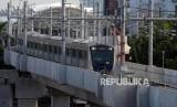 Kereta MRT melintas saat uji coba publik pengoperasian MRT fase I Koridor Lebak Bulus-Bundaran HI di Jakarta, Rabu (13/3).