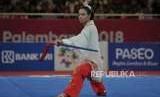 Atlet wushu Indonesia Lindswell Kwok beraksi di cabang wushu nomor taijijian Asian Games 2018 di Kemayoran, Jakarta, Senin (20/8).
