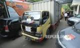 Puluhan truk berisi logistik Bahan Kampaye (BK) dan Alat Peraga Kampanye (APK) Pilgub Jawa Barat 2018 diparkir di halaman Komisi Pemilihan Umum (KPU) Jawa Barat, Jalan Garut, Kota Bandung, Rabu (28/2).
