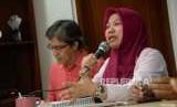 Direktur Eksekutif Perludem Titi Anggraini (kanan) menyampaikan pandangannya bersama Peneliti Senior NETGRIT Hadar Nafis Gumay ketika menjadi narasumber dalam diskusi di kantor ICW, Jakarta, Minggu (9/9).