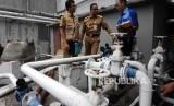 Gubernur DKI Jakarta Anies Baswedan (tengah) didampingi Tim Pengawasan Terpadu Sumur Resapan Instalasi Pengelolaan Air Limbah dan Air Tanah