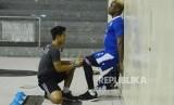 Pemain Persib Victor Igbonefo melakukan terapi saat latihan fisik pemain Persib di GOR Pajajaran, Kota Bandung, Senin (5/3).