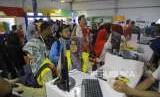 Berburu Merchandise Asian Games. Warga antre membayar  merchandise Asian Games 2018 di Toko Resmi Merchandise Asian Games di Komplek Olahraga Jakabaring, Palembang, Jumat (31/8).