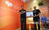 CEO Rumah Zakat Nur Efendi dan COO Herry memperlihatkan raihan opini Wajar Tampa Pengecualian (WTP) sebanyak 12 kali secara berturut-turut, di Kantor Rumah Zakat, Jalan Turangga, Kota Bandung, Kamis (17/5).