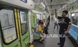Sejumlah masyarakat menaiki kereta MRT (Mass Rapid Transit)  di stasiun Lebak Bulus, Jakarta Selatan, Senin (13/5).