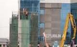 Pertumbuhan Ekonomi Kuartal II. Pembangunan tiang LRT di kawasan Jalan Gatot Subroto, Jakarta, Selasa (7/8).