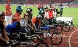 Sejumlah atlet bersiap memacu kursi rodanya pada babak final para atletik nomor 5000 meter putra T53/54 Asian Para Games 2018 di Stadion Utama Gelora Bung Karno, Jakarta,Jumat (12/10).