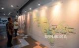 Pengunjung melihat peta tempat asal ulama Uzbekistan yang saat pameran foto Uzbekistan di Gedung Bayt Al-Quran TMII, Jakarta, Jumat (8/2).