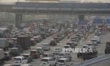 Sejumlah kendaraans antre  di Pintu masuk Tol Cikarang Utama, Jakarta, Saabtu (9/6).