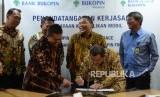 Kerjasama Pembiayaan Bukopin.  Direktur Utama Bukopin Finance Tri Djoko Roesiono (kedua kanan) menandatangani naskah saat  penandatanganan kerjasama antara Bank Bukopin dengan Bukopin Finance di Jakarta, Senin (29/1).