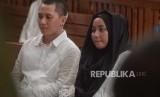 Terdakwa  kasus penipuan agen perjalanan umrah First Travel  Andika Surachman(kiri) dan Anniesa Hasibuan (kanan)