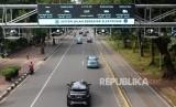 Sejumlah kendaraan melaju di bawah gerbang electronic road pricing (ERP) di Jalan Medan Merdeka Barat, Jakarta, Ahad (20/1).