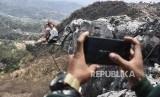 Wisatawan mancanegara berfoto saat menaiki tebing karst Citatah di Wisata Alam Indiana Camp, Desa Citatah, Kecamatan Cipatat, Kabupaten Bandung Barat, Kamis (19/9).