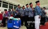 Sejumlah calon jamah haji kloter pertama mengantre untuk perekaman biometrik di Asrama Haji Pondok Gede, Jakarta, Senin (16/7).
