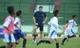 Legenda Inter Milan Javier Zanetti hadir sekaligus memberikan bimbingan langsung pada anak didik pada peluncuran Akademi Persib yang merupakan partnership program bersama Inter Academy di Stadion Siliwangi, Kota Bandung, Selasa (13/2).
