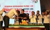 Ketua Umum Tim Kampanye Nasional (TKN) Erick Thohir didampingi Direktur TKN Milenial Bahlil Lahadalia memberikan nasi tumpeng pada acara syukuran kemenangan Pemilu 2019 di The Pallas, SCBD, Jakarta, Ahad (21/4).
