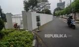 Rencana Penutupan Jalan Setia Budi Tengah. Pengendara melintasi proyek kereta Light Rail Transit (LRT) di Jalan Setiabudi Tengah, Jakarta Pusat, Ahad (16/6).