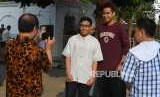 Warga berofoto bersama Atlet Indonesia Tontowi Ahmad.